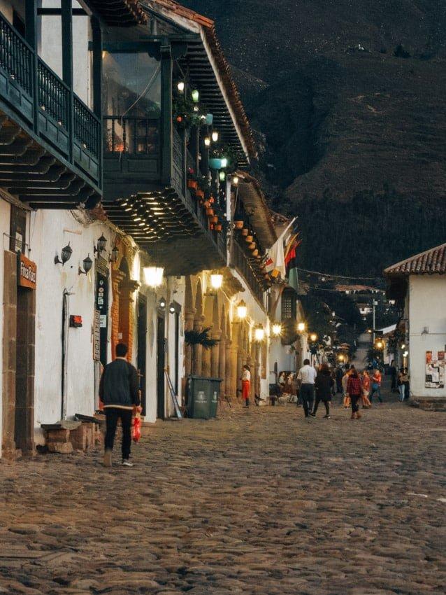 Tombée de la nuit sur la place de villa de Leyva voyage en Colombie