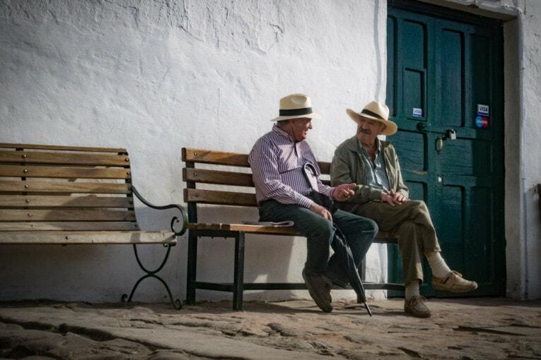 colombiens sur un banc à villa de leyva voyage en Colombie