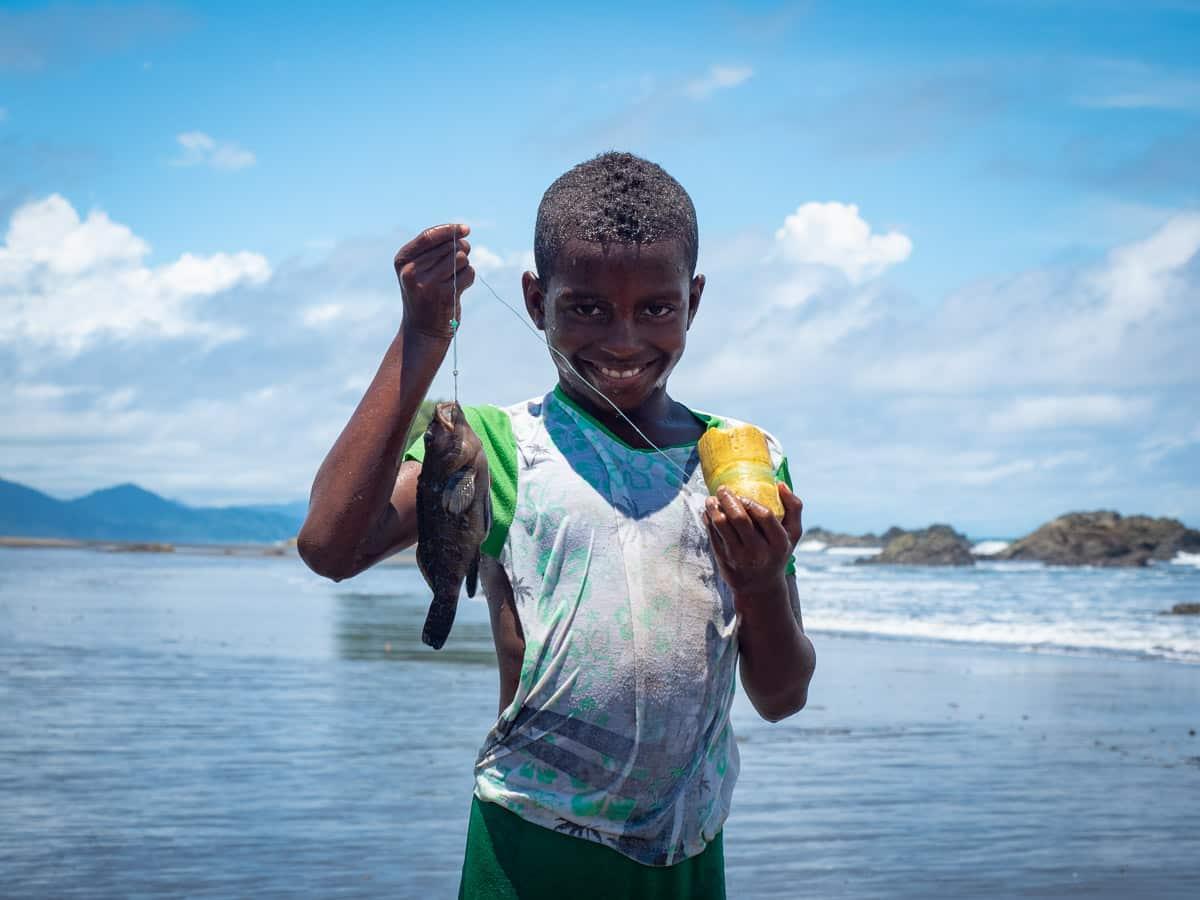 jeune pêcheur sur la plage del Valle, Bahia Solano sur la côte pacifique de la Colombie