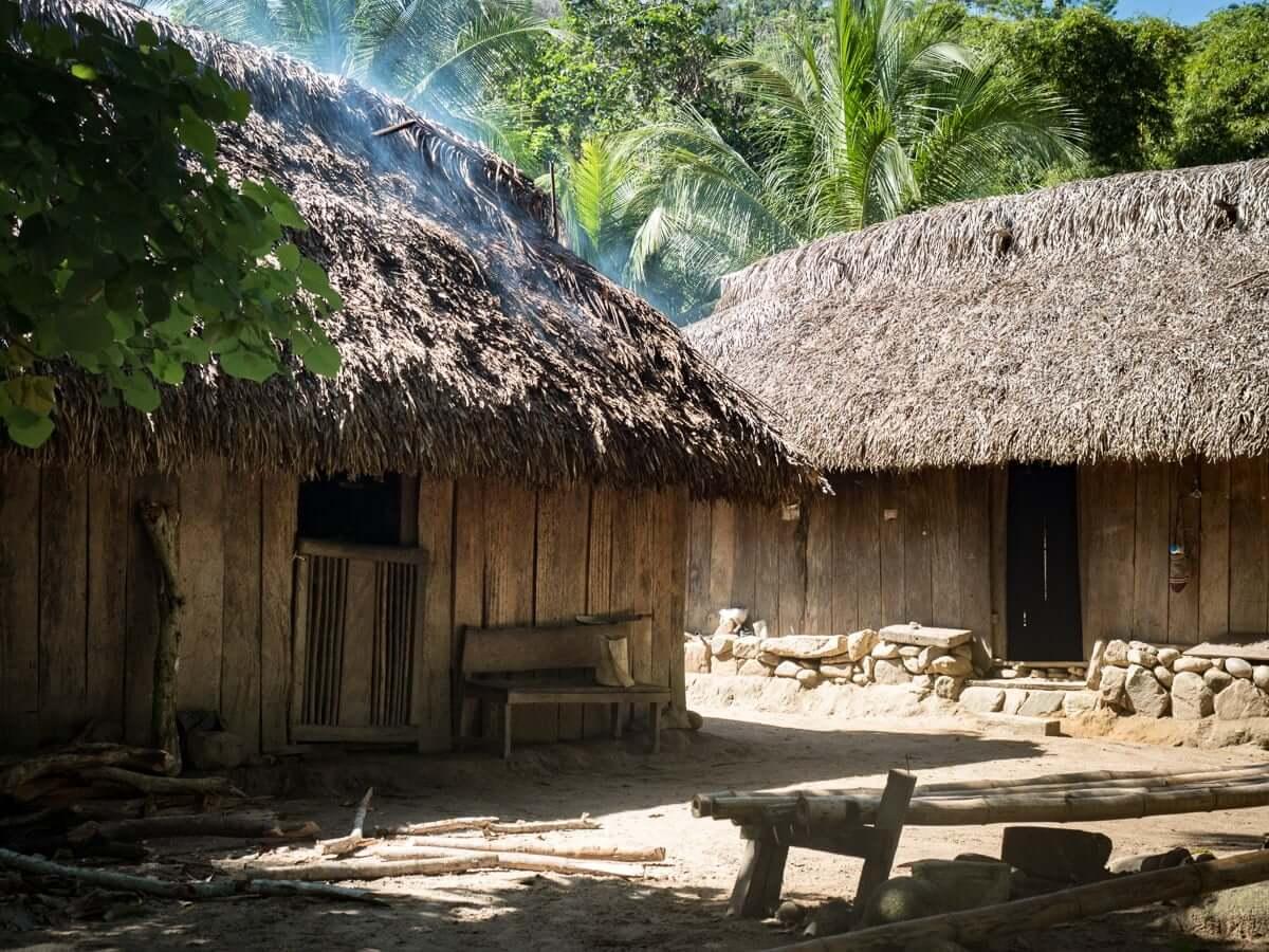 visiter village indigene de la sierra nevada lors d'un voyage en colombie