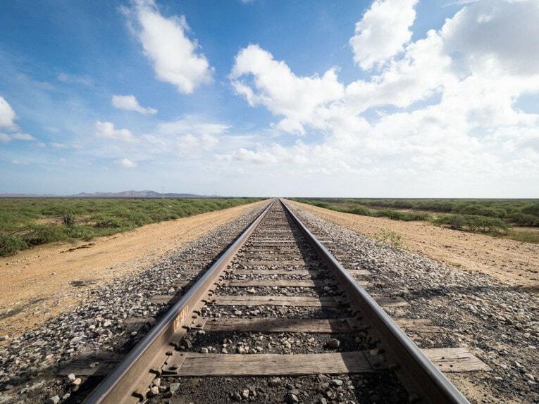 chemin de fer mine de charbon desert de la guajira en colombie
