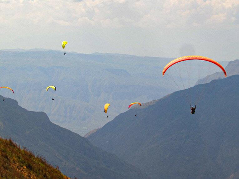 Parapente au dessus du Canyon de Chicamocha à San Gil en Colombie